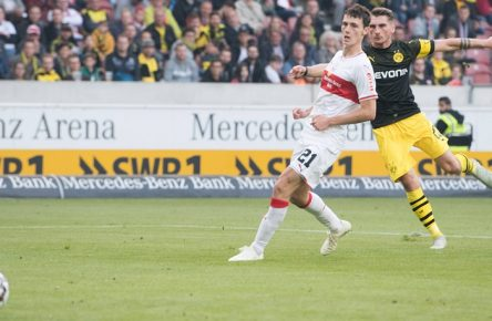 Maximillian PHILIPP (re., DO) schiesst gegen Benjamin PAVARD (S) das Tor zum 4:0 fuer Borussia Dortmund, Aktion, Fussball 1. Bundesliga, 8. Spieltag, VfB Stuttgart (S) - Borussia Dortmund (DO) 0:4, am 20.10.2018 in Stuttgart/ Deutschland. Â *** Maximillian PHILIPP re DO scores against Benjamin PAVARD S the Goal for 4 0 for Borussia Dortmund Action Soccer 1 Bundesliga 8 Matchday VfB Stuttgart S Borussia Dortmund DO 0 4 on 20 10 2018 in Stuttgart Germany Â