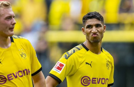 Fußball: 1. Bundesliga, Saison 2019/2020, 1. Spieltag, Borussia Dortmund - FC Augsburg am 17.08.2019 im Signal Iduna Park in Dortmund (Nordrhein-Westfalen). Dortmunds Achraf Hakimi (r.) verzieht das Gesicht, links Dortmunds Julian Brandt. DFL REGULATIONS PROHIBIT ANY USE OF PHOTOGRAPHS AS IMAGE SEQUENCES AND/OR QUASI-VIDEO. *** Football 1 Bundesliga, season 2019 2020, 1 match day, Borussia Dortmund FC Augsburg on 17 08 2019 at Signal Iduna Park in Dortmund North Rhine-Westphalia Dortmunds Achraf Hakimi r pulls the face, left Dortmunds Julian Brandt DFL REGULATIONS PROHIBIT ANY USE OF PHOTOGRAPHS AS IMAGE SEQUENCES AND OR QUASI VIDEO Copyright: xKirchner/DavidxInderliedx