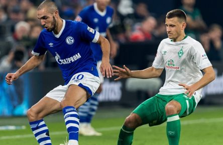 (L-R) Nabil Bentaleb of FC Schalke 04, Maximilian Eggestein of Werder Bremen DFL REGULATIONS PROHIBIT ANY USE OF PHOTOGRAPHS AS IMAGE SEQUENCES AND/OR QUASI-VIDEO. during the Bundesliga match between FC Schalke 04 and SV Werder Bremen at the Veltins Arena on October 20, 2018 in Gelsenkirchen, Germany Bundesliga 2018/2019 xVIxVIxImagesx/xGerritxvanxKeulenxIVx PUBLICATIONxINxGERxSUIxAUTxONLY 12530037
