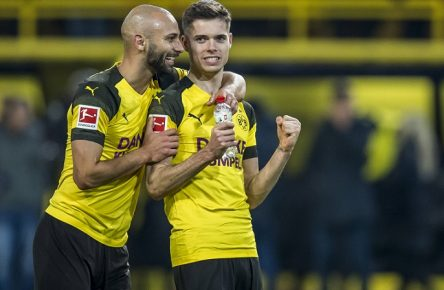 Fußball: 1. Bundesliga, Saison 2018/2019, 17. Spieltag, Borussia Dortmund - Borussia Mönchengladbach am 21.12.2018 im Signal Iduna Park in Dortmund (Nordrhein-Westfalen). Dortmunds Ömer / Oemer Toprak (l.) und Dortmunds Julian Weigl jubeln nach dem Schlusspfiff. DFL REGULATIONS PROHIBIT ANY USE OF PHOTOGRAPHS AS IMAGE SEQUENCES AND/OR QUASI-VIDEO. *** Football 1 Bundesliga Season 2018 2019 17 Matchday Borussia Dortmund Borussia Mönchengladbach on 21 12 2018 at Signal Iduna Park in Dortmund North Rhine-Westphalia Dortmunds Ömer Oemer Toprak l and Dortmunds Julian Weigl cheer after the final whistle DFL REGULATIONS PROHIBIT ANY USE OF PHOTOGRAPHS AS IMAGE SEQUENCES AND OR QUASI VIDEO Copyright: xKirchner/DavidxInderliedx