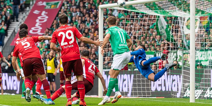 Niclas Füllkrug vom SV Werder Bremen scheitert an Zack Steffen im Tor von Fortuna Düsseldorf