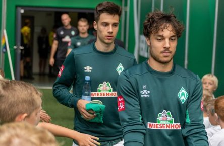 GER, 1.FBL, Werder Bremen vs FC Augsburg / 01.09.2019, wohninvest Weserstadion, Bremen, GER, 1.FBL, Werder Bremen vs FC Augsburg, DFL REGULATIONS PROHIBIT ANY USE OF PHOTOGRAPHS AS IMAGE SEQUENCES AND/OR QUASI-VIDEO. im Bild Spielertunnel abklatschen der Spieler mit den Kids hier Simon Straudi (Werder Bremen 26) Ilia Gruev (Werder Bremen 28) *** GER, 1 FBL, Werder Bremen vs. FC Augsburg 01 09 2019, wohninvest Weserstadion, Bremen, GER, 1 FBL, Werder Bremen vs. FC Augsburg, DFL REGULATIONS PROHIBIT ANY USE OF PHOTOGRAPHS AS IMAGE SEQUENCES AND OR QUASI VIDEO in the picture Players Tunnel here Simon Straudi Werder Bremen 26 Ilia Gruev Werder Bremen 28 nordphotoxKokenge nph00001