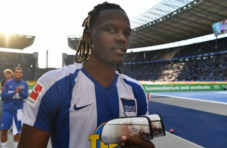 Dedryck Boyata Hertha BSC, nach dem Spiel in der Ostkurve Hertha BSC Berlin - SC Paderborn 07 1. Bundesliga 2019/2020, 1. BL, 1. Bundesliga, DFL, Fußball, Fussball, soccer, Herren, Männer, Maenner, Deutschland, Germany Berlin, 21.9.2019, Olympiastadion DFL REGULATIONS PROHIBIT ANY USE OF PHOTOGRAPHS AS IMAGE SEQUENCES AND/OR QUASI-VIDEO  Dedryck Boyata Hertha BSC , after the match in the Ostkurve Hertha BSC Berlin SC Paderborn 07 1 Bundesliga 2019 2020, 1 BL, 1 Bundesliga, DFL, Fußball, Fussball, soccer, Herren, Männer, Maenner, Deutschland, Germany Berlin, 21 9 2019, Olympiastadion DFL REGULATIONS PROHIBIT ANY USE OF PHOTOGRAPHS AS IMAGE SEQUENCES AND OR QUASI VIDEO