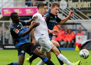 Jamilu Collins und Luca Kilian gegen Robert Lewandowski