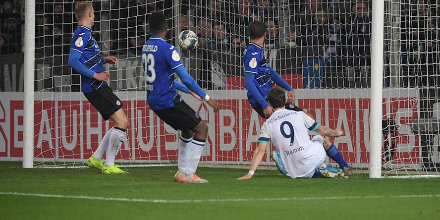 Benito Raman vom FC Schalke 04 erzielt das 3:0 bei Arminia Bielefeld im DFB-Pokal