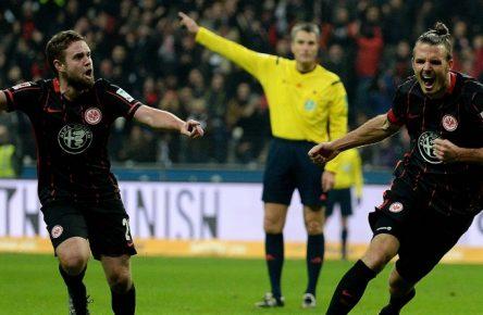 Alex Meier (r.) erzielte drei Treffer gegen den VfL Wolfsburg.