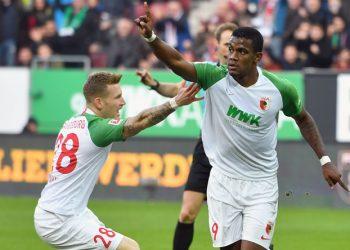 Sergio Cordova und Andre Hahn jubeln für den FC Augsburg gegen die Hertha