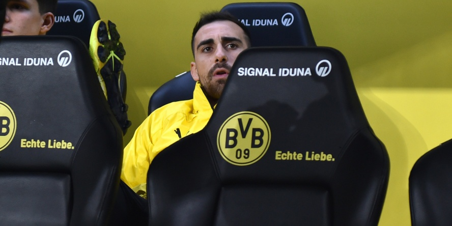 Paco Alcacer sitzt beim BVB aktuell nur auf der Bank.