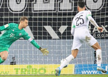 Ramy Bensebaini bezwingt Manuel Neuer