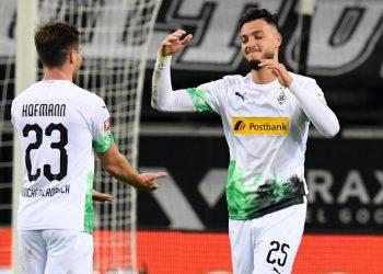 Jonas Hofmann und Ramy Bensebaini von Borussia Mönchengladbach