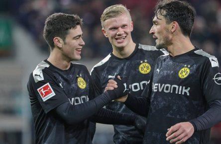 v.li. Giovanni Reyna, Erling Haaland und Mats Hummels Bor. Dortmund, Schlussjubel vor der Fankurve FC Augsburg vs. Borussia Dortmund, 18. Spieltag DFL REGULATIONS PROHIBIT ANY USE OF PHOTOGRAPHS AS IMAGE SEQUENCES AND/OR QUASI-VIDEO. *** from left Giovanni Reyna, Erling Haaland and Mats Hummels Bor Dortmund , final cheers before the fan curve FC Augsburg vs Borussia Dortmund, 18 Matchday DFL REGULATIONS PROHIBIT ANY USE OF PHOTOGRAPHS AS IMAGE SEQUENCES AND OR QUASI VIDEO