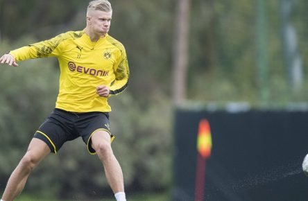 Fußball: Saison 2019/2020, Trainingslager von Borussia Dortmund am 09.01.2020 im Dama de Noche in Marbella Spanien. Nachmittagstraining, Einzelaktion, Erling HAALAND, BVB Borussia Dortmund, ganze Figur, DFL regulations prohibit any use of photographs as image sequences and/or quasi-video. *** Football Season 2019 2020, training camp of Borussia Dortmund on 09 01 2020 at Dama de Noche in Marbella Spain afternoon training, individual action, Erling HAALAND, BVB Borussia Dortmund, whole figure, DFL regulations prohibit any use of photographs as image sequences and or quasi video Copyright: xKirchner-Mediax/xChristopherxNeundorfx