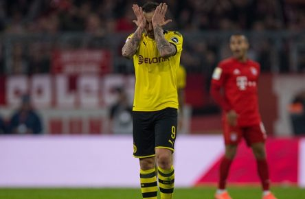 Fußball: 1. Bundesliga 11. Spieltag, FC Bayern München - Borussia Dortmund am 09.11.2019 im Allianz Arena in München. Bayern Torjubel, Jubel, Freude, Entäuschung, Mimik, Paco ALCACER, BVB Borussia Dortmund, ganze Figur, Gestik, Mimik, DFL REGULATIONS PROHIBIT ANY USE OF PHOTOGRAPHS AS IMAGE SEQUENCES AND/OR QUASI-VIDEO. *** Football 1 Bundesliga 11 Matchday, FC Bayern Munich Borussia Dortmund on 09 11 2019 at the Allianz Arena in Munich Bayern Goal celebration, cheering, joy, disappointment, mimic, Paco ALCACER, BVB Borussia Dortmund, whole figure, gestures, facial expressions, DFL REGULATIONS PROHIBIT ANY USE OF PHOTOGRAPHS AS IMAGE SEQUENCES AND OR QUASI VIDEO Copyright: xKirchner/ChristopherxNeundorfx