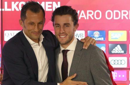 Alvaro Odriozola (r.) spielt in der Rückrunde für den FC Bayern München.