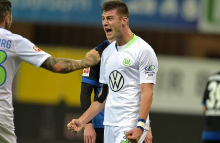 02-02-2020 / pmk / NC104357 Fussball/Herren Bundesliga Saison 2019/2020 SC Paderborn 07 - VfL Wolfsburg Jubel nach dem Tor zum 1-1 durch KNOCHE 31 Daniel GINCZEK 33 Wolfsburg Robin KNOCHE 31 Wolfsburg *** 02 02 2020 pmk NC104357 Mens Football Bundesliga Season 2019 2020 SC Paderborn 07 VfL Wolfsburg Cheers after KNOCHE 31s goal for 1 1 Daniel GINCZEK 33 Wolfsburg Robin KNOCHE 31 Wolfsburg