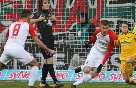 Alfred Finnbogason (r.). erzielte gegen Freiburg drei Treffer.