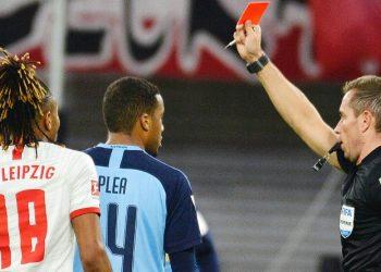 Alassane Plea sieht die Gelb-Rote Karte.