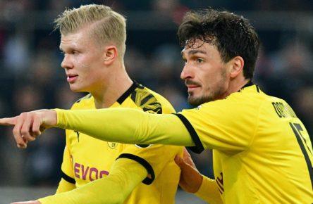 Mats Hummels (r.) zeigt Erling Haaland, wo der FC Bayern steht.