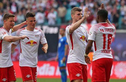 Ademola Lookman (r.) erzielte gegen den VfL Wolfsburg zwei Treffer und holte 16 Comunio-Punkte.