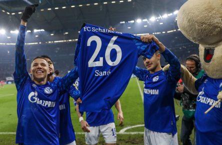 Schalke-Spieler mit dem Trikot von Salif Sane
