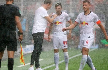 Union Berlin - RB Leipzig / Fussball Bundesliga Berlin, 18.08.2019, Stadion an der Alten Försterei, BuLi, 1.Spieltag. , 1.FC Union Berlin vs. RB Leipzig 0:4 (0:3) , Im Bild v.l.: Trainer Julian Nagelsmann, Kevin Kampl und Willi Orban (alle RB Leipzig). , DFL regulations prohibit any use of photographs as image sequences and/or quasi-video. , *** Union Berlin RB Leipzig Fussball Bundesliga Berlin, 18 08 2019, Stadion an der Alten Försterei, BuLi, 1 matchday , 1 FC Union Berlin vs RB Leipzig 0 4 0 3 , Im Bild v l Trainer Julian Nagelsmann, Kevin Kampl und Willi Orban alle RB Leipzig , DFL regulations prohibit any use of photographs as image sequences and or quasi video ,