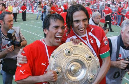 Fernando Meira (r.) feiert mit Pavel Pardo die Meisterschaft mit dem VfB Stuttgart.