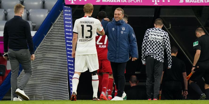 """Martin Hinteregger und FCB-Coach Hansi Flick beim """"Abklatschen""""."""