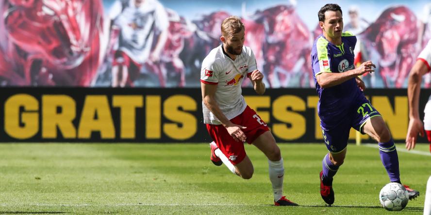 Nicolas Höfler am Ball für den SC Freiburg