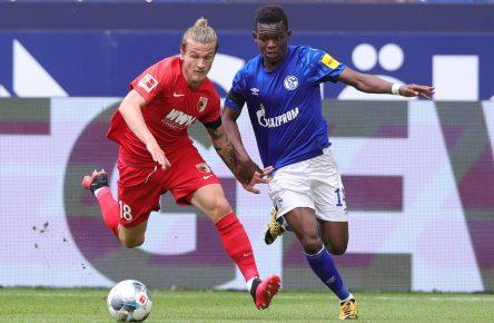 Tin Jedvaj vom FC Augsburg im Zweikampf mit Schalkes Rabbi Matondo