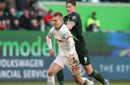 Dani Olmo RB Leipzig gegen Wout Weghorst VfL Wolfsburg - 1 Fussball Bundesliga Saison 2019-2020 Punktspiel VfL Wolfsburg vs. RB Leipzig in der Volkswagen Arena in Wolfsburg - Aktion,Fussball,Deutschland,Mann,Männer,07.03.2020 *** Dani Olmo RB Leipzig vs. Wout Weghorst VfL Wolfsburg 1 Football Bundesliga Season 2019 2020 Point game VfL Wolfsburg vs RB Leipzig in the Volkswagen Arena in Wolfsburg Action,Football,Germany,Man,Men,07 03 2020