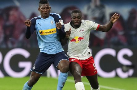 Dayot Upamecano RB Leipzig gegen Breel Embolo Borussia Mönchengladbach - 1. Fussball Bundesliga Saison 2019-2020 RasenBallsport Leipzig vs. Borussia Mönchengladbach in der Red Bull Arena in Leipzig - Aktion,Fußball,Deutschland,01.02.2020 *** Dayot Upamecano RB Leipzig vs. Breel Embolo Borussia Mönchengladbach 1 Football Bundesliga Season 2019 2020 GrassBall Sports Leipzig vs Borussia Mönchengladbach in the Red Bull Arena in Leipzig Action,Football,Germany,01 02 2020