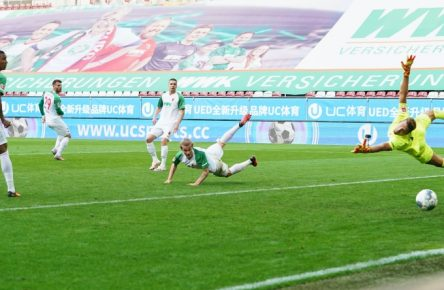 Andreas Luthe (r.) hütet das Tor des FC Augsburg.