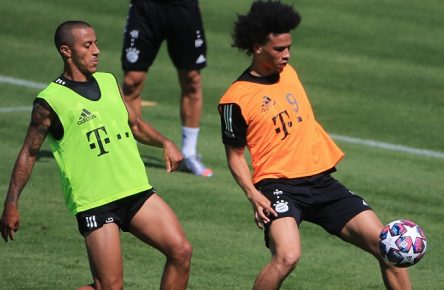 28.07.2020,1. FCB Mannschaftstraining, FCB Trainingsgelaende, Fussball, Muenchen, im Bild: Thiago FCB vs Leroy Sane FCB *** 28 07 2020,1 FCB team training, FCB training grounds, football, Munich, in the picture Thiago FCB vs. Leroy Sane FCB