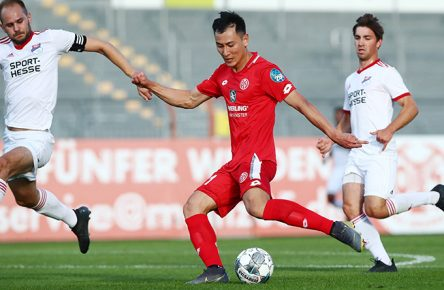 Torschuss von Dong-Won Ji (Mainz), links: Andreas Hundhammer (Eisbachtal) FSV Mainz 05 vs Eisbachtaler Sportfreunde, Fussball, Testspiel, 10.07.2019 FSV Mainz 05 vs Eisbachtaler Sportfreunde, Fussball, Testspiel, 10.07.2019 Mainz *** Scored by Dong Won Ji Mainz , left Andreas Hundhammer Eisbachtal FSV Mainz 05 vs Eisbachtaler Sportfreunde, football, test match, 10 07 2019 FSV Mainz 05 vs Eisbachtaler Sportfreunde, football, test match, 10 07 2019 Mainz Copyright: xEIBNER/RenexWeissx EP_RWS