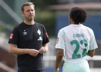 Tahith Chong und Florian Kohfeldt von Werder Bremen