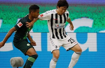 VfL Wolfsburg vs SC Freiburg 13.06.2020, Volkswagen Arena, Wolfsburg, Ligaspiel, 1. Bundesliga, VfL Wolfsburg vs SC Freiburg, im Bild v.l. im Zweikampf Joao Victor 40, Wolfsburg, Chang-hun Kwon 28, Freiburg Foto: Joachim Sielski/Sielski-Press/POOL/Sielski DFL REGULATIONS PROHIBIT ANY USE OF PHOTOGRAPHS AS IMAGE SEQUENCES AND OR QUASI VIDEO EDITORIAL USE ONLY NATIONAL AND INTERNATIONAL NEWS AGENCIES OUT Wolfsburg Volkswagen Arena Niedersachsen Deutschland *** VfL Wolfsburg vs SC Freiburg 13 06 2020, Volkswagen Arena, Wolfsburg, league match, 1 Bundesliga, VfL Wolfsburg vs SC Freiburg, in the picture from left to right in the duel Joao Victor 40, Wolfsburg , Chang hun Kwon 28, Freiburg Photo Joachim Sielski Sielski Press POOL Sielski DFL REGULATIONS PROHIBIT ANY USE OF PHOTOGRAPHS AS IMAGE SEQUENCES AND OR QUASI VIDEO EDITORIAL USE ONLY NATIONAL AND INTERNATIONAL NEWS AGENCIES OUT Wolfsburg Volkswagen Arena Lower Saxony Germany Poolfoto Joachim Sielski/Sielski-Press/POOL/Sielski ,EDITORIAL USE ONLY