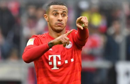 Thiago ALCANTARA FCB vor Vertragsverlaengerung. Archivfoto: Thiago ALCANTARA FCB, Gestik,gibt Anweisungen, Aktion,Einzelbild,angeschnittenes Einzelmotiv,Halbfigur,halbe Figur. Fussball 1. Bundesliga,7.Spieltag,Spieltag07, FC Bayern Muenchen M - TSG 1899 Hoffenheim 1-2, am 05.10.2019 in Muenchen A L L I A N Z A R E N A, DFL REGULATIONS PROHIBIT ANY USE OF PHOTOGRAPHS AS IMAGE SEQUENCES AND/OR QUASI-VIDEO.  *** Thiago ALCANTARA FCB before contract extension archive photo Thiago ALCANTARA FCB, gestures, gives instructions, action, single image, cut single motif, half figure, half figure football 1 Bundesliga, 7 match day,Matchday07, FC Bayern Munich M TSG 1899 Hoffenheim 1 2, on 05 10 2019 in Munich A L L I A N Z A R E N A, DFL REGULATIONS PROHIBIT ANY USE OF PHOTOGRAPHS AS IMAGE SEQUENCES AND OR QUASI VIDEO