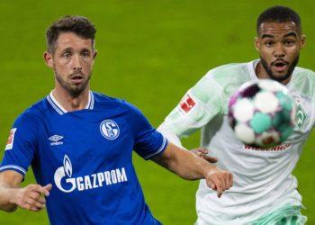 Bremens Jean-Manuel Mbom im Zweikampf mit Schalkes Mark Uth