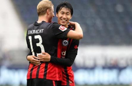 2-1 Sieg für Eintracht Frankfurt, Siegerjubel, Martin Hinteregger 13, Eintracht Frankfurt mit Daichi Kamada 15, Eintracht Frankfurt, Fußball, 1. Bundesliga, 3. Spieltag, Eintracht Frankfurt - TSG 1899 Hoffenheim, 03.10.2020, Deutsche Bank Park, Frankfurt / Main, Deutschland, zmdz, ** DFB & DFL regulations prohibit any use of photographs as image sequences and/or quasi-video. ** Eintracht Frankfurt - TSG 1899 Hoffenheim *** 2 1 Victory for Eintracht Frankfurt, Martin Hinteregger 13, Eintracht Frankfurt with Daichi Kamada 15, Eintracht Frankfurt , Football, 1 Bundesliga, 3 Matchday, Eintracht Frankfurt TSG 1899 Hoffenheim, 03 10 2020, Deutsche Bank Park, Frankfurt Main, Germany, zmdz, DFB DFL regulations prohibit any use of photographs as image sequences and or quasi video Eintracht Frankfurt TSG 1899 Hoffenheim