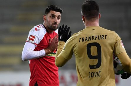 20.01.2021, xjhx, Fussball 1.Bundesliga, SC Freiburg - Eintracht Frankfurt emspor, v.l. Vincenzo Grifo SC Freiburg, Luka Jovic Eintracht Frankfurt gibt Anweisungen, gestikuliert, mit den Armen gestikulieren gives instructions, gesticulate. DFL/DFB REGULATIONS PROHIBIT ANY USE OF PHOTOGRAPHS as IMAGE SEQUENCES and/or QUASI-VIDEO Freiburg *** 20 01 2021, xjhx, Fussball 1 Bundesliga, SC Freiburg Eintracht Frankfurt emspor, v l Vincenzo Grifo SC Freiburg , Luka Jovic Eintracht Frankfurt gives instructions, gestures, gesticulate with arms gives instructions, gesticulate DFL DFB REGULATIONS PROHIBIT ANY USE OF PHOTOGRAPHS as IMAGE SEQUENCES and or QUASI VIDEO Freiburg