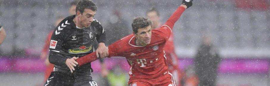 Janik Haberer im Zweikampf mit Thomas Müller