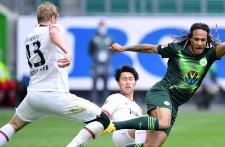 Fussball v.l. Martin Hinteregger, Daichi Kamada, Kevin Mbabu Wolfsburg Wolfsburg, 30.05.2020, Fussball Bundesliga, VfL Wolfsburg - Eintracht Frankfurt Wolfsburg DFL regulations prohibit any use of photographs as image sequences and or quasi-video *** Football v l Martin Hinteregger, Daichi Kamada, Kevin Mbabu Wolfsburg Wolfsburg, 30 05 2020, Bundesliga football, VfL Wolfsburg Eintracht Frankfurt Wolfsburg Poolfoto Groothuis/Witters/Pool/Witters ,EDITORIAL USE ONLY