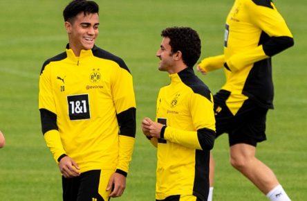 Jesus REINIER li., DO und Mateu MOREY DO lachen, lachend, laechelnd, lächelnd, lächeln, laecheln, lacht, Mimik, Fussball 1. Bundesliga, Training, Borussia Dortmund DO am 25.08.2020 in Dortmund/ Deutschland.  *** Jesus REINIER li , DO and Mateu MOREY DO laughing, laughing, smiling, smiling, smiling, laughing, facial expression, Football 1 Bundesliga, Training, Borussia Dortmund DO on 25 08 2020 in Dortmund Germany