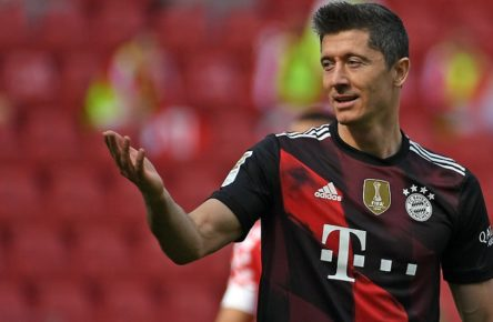 Fussball 1.Bundesliga, FSV Mainz 05 - FC Bayern Muenchen 24.04.2021, xpsx, Fussball 1.Bundesliga, FSV Mainz 05 - FC Bayern Muenchen emspor, v.l. Robert Lewandowski FC Bayern Muenchen gestikuliert, gibt Anweisungen gesticulate giving instructions DFL/DFB REGULATIONS PROHIBIT ANY USE OF PHOTOGRAPHS as IMAGE SEQUENCES and/or QUASI-VIDEO Mainz Opel Arena Rheinland Pfalz Deutschland DE *** Football 1 Bundesliga, FSV Mainz 05 FC Bayern Muenchen 24 04 2021, xpsx, Football 1 Bundesliga, FSV Mainz 05 FC Bayern Muenchen emspor, v l Robert Lewandowski FC Bayern Muenchen gesticulates, gives instructions gesticulate giving instructions DFL DFB REGULATIONS PROHIBIT ANY USE OF PHOTOGRAPHS as IMAGE SEQUENCES and or QUASI VIDEO Mainz Opel Arena Rheinland Pfalz Germany DE Poolfoto Patrick Scheiber/Jan Huebner ,EDITORIAL USE ONLY