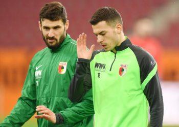 Daniel Caligiuri und Laszlo Benes vom FC Augsburg