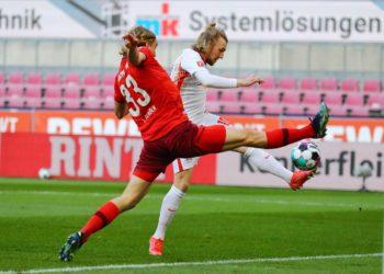 Sebastiaan Bornauw im Zweikampf mit Emil Forsberg