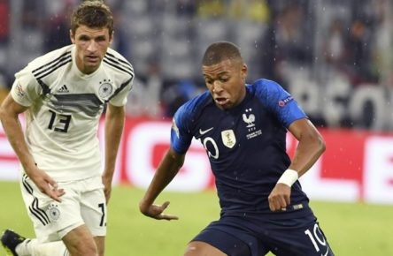 Kylian Mbappe (re) gegen Thomas Müller (li) im UEFA Nations League Gruppenspiel Deutschland gegen Frankreich am 6.9.2018 in der Allianz Arena in München. DFB regulations prohibit any use of photographs as image sequences and / or quasi-video Kylian Mbappe (re) gegen Thomas Müller (li) im UEFA Nations League Gruppenspiel Deutschland gegen Frankreich am 6.9.2018 in der Allianz Arena in München. DFB regulations prohibit any use of photographs as image sequences and / or quasi-video *** Kylian Mbappe re against Thomas Müller li in the UEFA Nations League Group match Germany vs France on 6 9 2018 at the Allianz Arena in Munich DFB regulations prohibit any use of photographs Kylian Mbappe re against Thomas Müller li in the UEFA Nations League Group match Germany vs France on 6 9 2018 in the Allianz Arena in Munich DFB regulations prohibit any use of photographs as image sequences and or quasi video